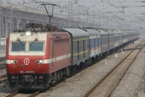 新塗装と旧塗装が混じる中国の列車