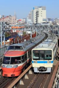 すれ違う小田急電車